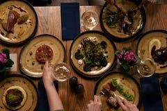 Rassemblement de société dîner pour de Noël ou de nouvelle année partie à la table de fête photographie stock libre de droits