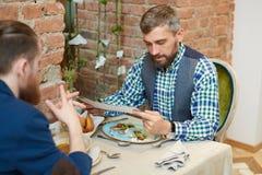 Rassemblement des amis au restaurant Photos libres de droits