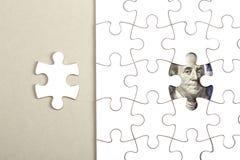 Rassemblement du billet de banque du dollar avec le puzzle denteux Photo stock