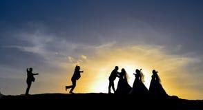 Rassemblement et étreinte de jeunes mariés Photographie stock libre de droits