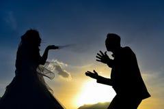 Rassemblement et aventure de jeunes mariés Photos stock