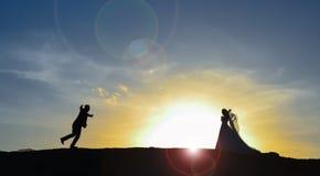 Rassemblement et aventure de jeunes mariés Photographie stock