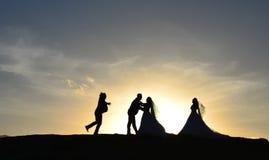 Rassemblement et aventure de jeunes mariés Photographie stock libre de droits