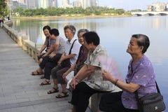 Rassemblement femelle de personnes âgées pendant le matin Images stock