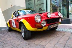 Rassemblement italien de sport de Fiat Abarth 124 de voiture de course de vintage du vétéran oldsmobile d'années '70 se préparant Photographie stock libre de droits