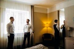 Rassemblement masculin beau de trois amis et speeking grooms Photographie stock libre de droits