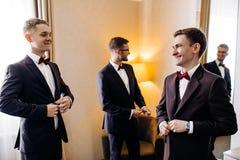 Rassemblement masculin beau de trois amis et speeking grooms Photographie stock