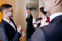 Rassemblement masculin beau de trois amis et speeking grooms Images stock