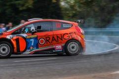 Rassemblement orange de voiture de course de la FIESTA R5 de FORD vieux dans le vieux rassemblement de voiture de course LA LÉGEN Photos libres de droits