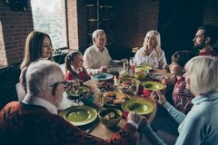 Rassemblement paisible de famille de Noel, réunion Grand-parent aux cheveux gris photo libre de droits