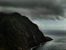 Rassemblements de tempête au-dessus des falaises aux Açores Photographie stock