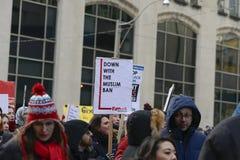 Rassemblez contre l'interdiction musulmane du ` s de Donald Trump à Toronto photo libre de droits