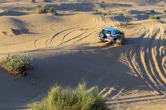 Rassemblez l'aventure tous terrains de la voiture 4x4 conduisant le safari sur des dunes de sable dessus Photographie stock libre de droits