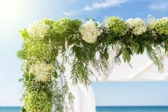 Rassemblez les fleurs pour la voûte de mariage Sur le fond du ciel et de la mer Photographie stock libre de droits