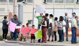 Rassemblez pour fixer nos contre- protestateurs de frontières recueillis à un rassemblement pour fixer nos frontières Photographie stock libre de droits