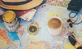 Rassemblez une valise en voyage photos libres de droits