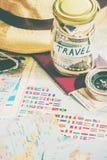 Rassemblez une valise en voyage photographie stock libre de droits