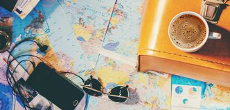 Rassemblez une valise en voyage photos stock