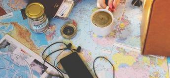 Rassemblez une valise en voyage image libre de droits