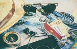 Rassemblez une valise en voyage images stock