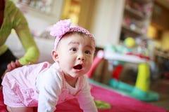 Rastejamento da prática do bebê Foto de Stock