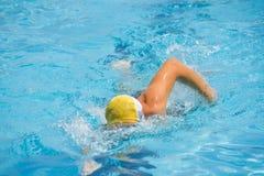 Rastejamento dianteiro nadador Fotos de Stock