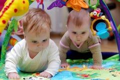 Rastejamento dos bebês Fotografia de Stock