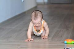 Rastejamento na criança de grito do assoalho Fotos de Stock Royalty Free