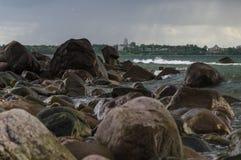 Rastlös stenig kust av det baltiska havet Royaltyfria Foton