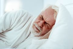 Rastloser älterer Mann, der Träume sieht stockfoto
