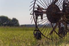 rastrellatura della macchina per la fienagione con un traktor vecchio Fotografia Stock Libera da Diritti