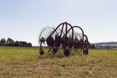 rastrellatura della macchina per la fienagione con un traktor vecchio Fotografia Stock