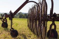 rastrellatura della macchina per la fienagione con un traktor vecchio Immagini Stock