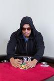 Rastrelli del giocatore di poker in chip di conquista Immagine Stock