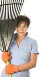rastrello femminile del foglio del giardiniere della donna Immagine Stock