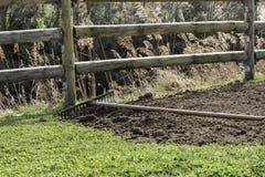 Rastrille en pila de fertilizante orgánico y de hierba verde Foto de archivo libre de regalías