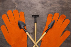 Rastrillo con una pala y los guantes imagenes de archivo