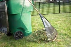 Rastrillo encima de cortes de la hierba en primavera imagen de archivo libre de regalías