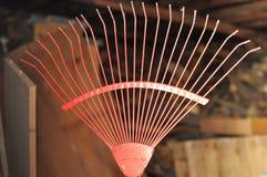 Rastrillo rojo en un granero Imagen de archivo libre de regalías