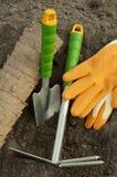 Rastrillo verde de la pala, guantes que cultivan un huerto y potes de la turba para los almácigos Imagen de archivo