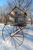 Rastrillo y cabina antiguos en nieve Fotografía de archivo libre de regalías