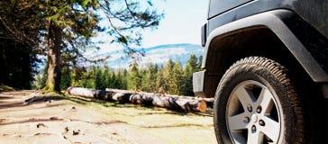 Rastro campo a través de la aventura de la suciedad del coche del jeep Imagen de archivo
