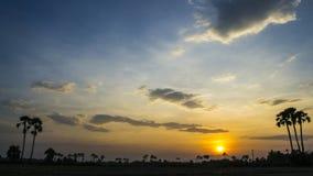 Rastro crepuscular de la estrella del cielo nocturno de tiempo de la puesta del sol hermosa del lapso metrajes