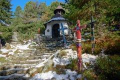 Rastro cubierto invierno en Strbske Pleso Fotos de archivo