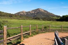 Rastro de Along Iron Mountain de la cerca en Poway, California imagen de archivo libre de regalías