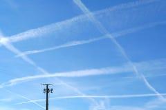 Rastro de aviones en el cielo Foto de archivo libre de regalías