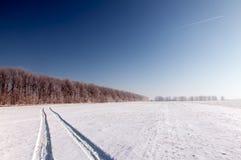 Rastro de aviones en el cielo del invierno. Horizontal Fotografía de archivo libre de regalías