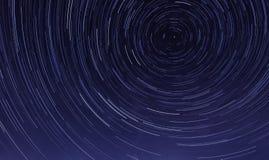 Rastro de la estrella en el cielo nocturno en la medianoche imagen de archivo
