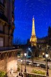 Rastro de la estrella en la torre Eiffel Imagenes de archivo