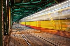 Rastro de la luz de la tranvía en el puente en Varsovia Imagen de archivo libre de regalías
